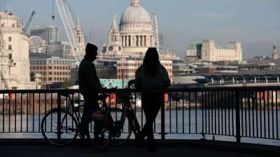 Британия сократит до пяти дней срок изоляции пассажиров из-за рубежа