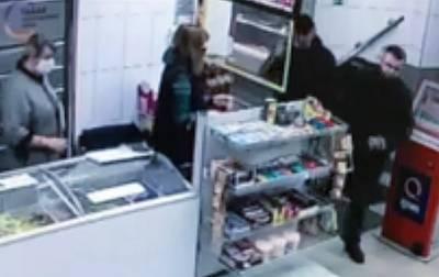 Видео: грабителей с пистолетом задержали на месте благодаря смелости кассира в Петербурге