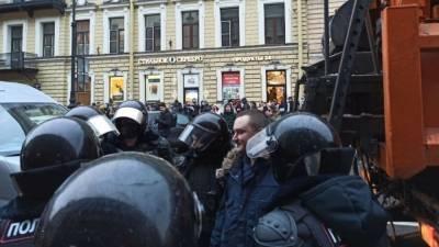Депутат не стал требовать уголовного наказания для полицейского из Петербурга