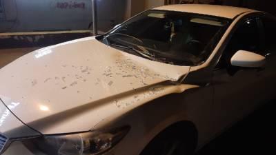 На улице Вишнёвой в Рязани окно рухнуло на припаркованный автомобиль