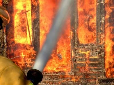 В Приморье загорелся трехэтажный автомагазин