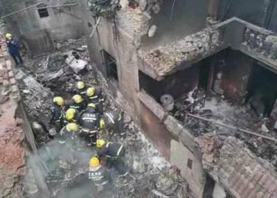 В Китае самолет упал на жилые дома, есть погибшие