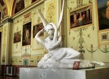 Женщина пожаловалась в правительство на голые скульптуры в Эрмитаже