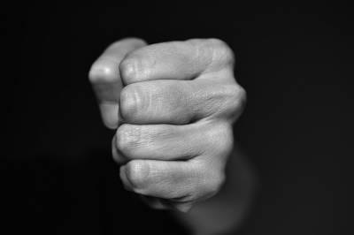 Рэкет по-лебедянски: грабитель отобрал у бизнесмена телефон и выручку