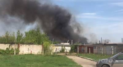 В Новочебоксарске горит территория рядом с гаражным кооперативом