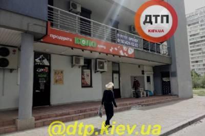 Вооруженный мужчина устроил налет на магазин в Киеве, но на этом не остановился