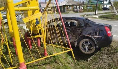 В Ялуторовске машина врезалась в ограждения газовой колонки. Пострадали 4 человека