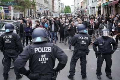 Зарегистрировано 2500 человек: в Берлине проходит акция протеста против полицейского насилия