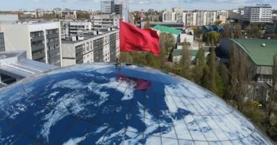 На корпус-шар Музея Мирового океана водрузили знамя Победы (фото, видео)