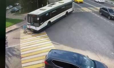 Автобус насмерть сбил девочку на самокате (18+)