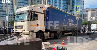 В центре Москвы грузовик вылетел на тротуар после того, как водителю стало плохо за рулём