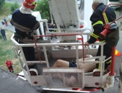 Мужчина устроил дебош после падения с 5-го этажа: не могли утихомирить ни медики, ни спасатели