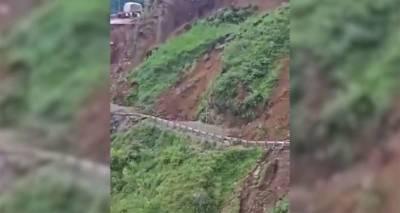 Часть горной дороги в Индии обрушилась из-за оползня – видео