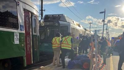 Более 20 человек пострадали при столкновении двух поездов в Бостоне