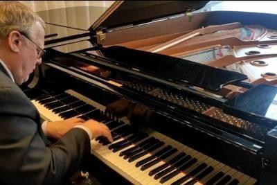 На избирательном участке в Тверской области импровизирует пианист