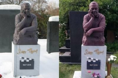 Памятник Эльдару Рязанову на кладбище в Москве окрасился в розовый цвет