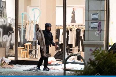 Грабитель надел на себя одежду, подрался с сотрудником магазина в Твери и сбежал