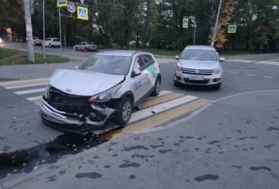 В Петербурге в серьезном ДТП пострадал каршеринговый автомобиль
